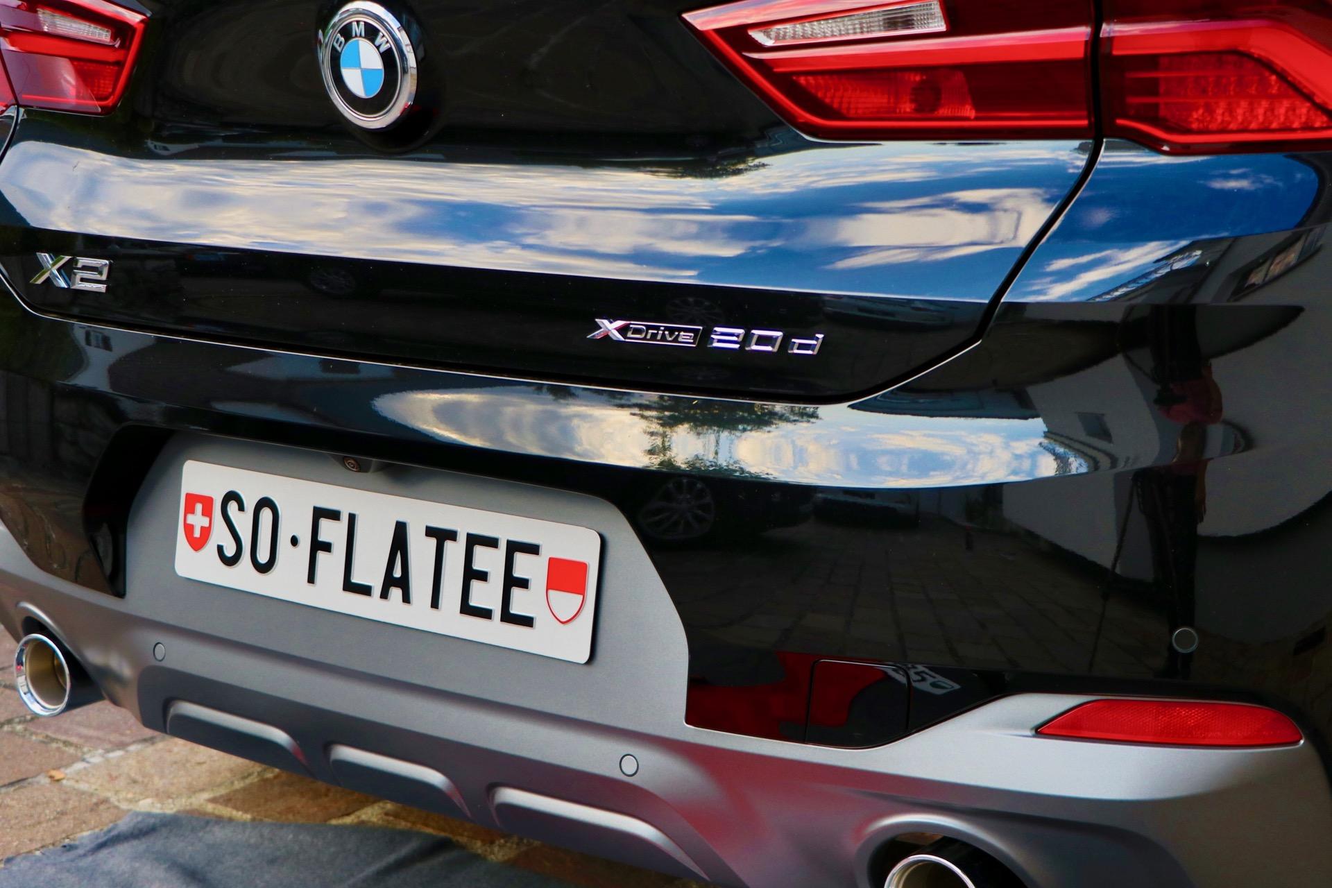Kennzeichen montiert mit Flatee dem randlosen Kennzeichenhalter