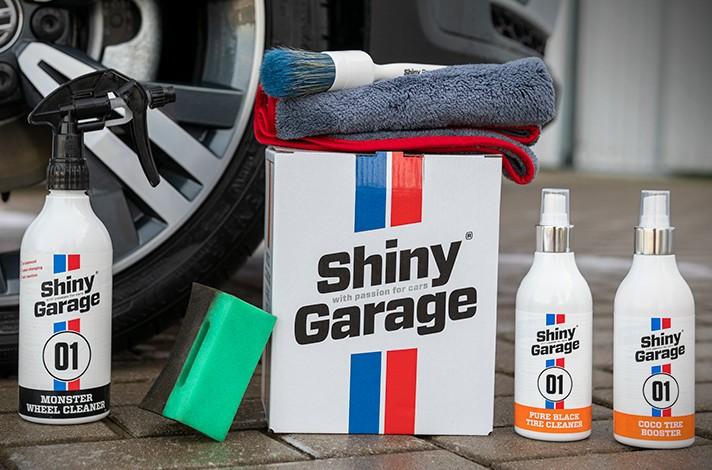 Anordung Autopflegeprodukte mit einer Felge im Hintergrund