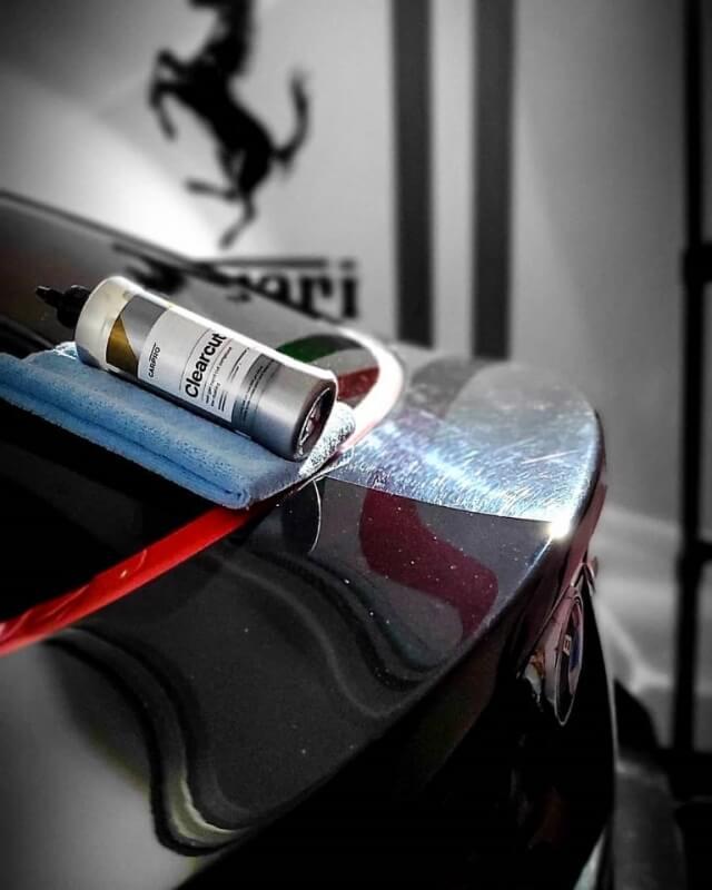 ClearCut von Carpro auf einem Mikrofasertuch abgelegt mit vorher/nacher auf Heck eines Fahrzeuges