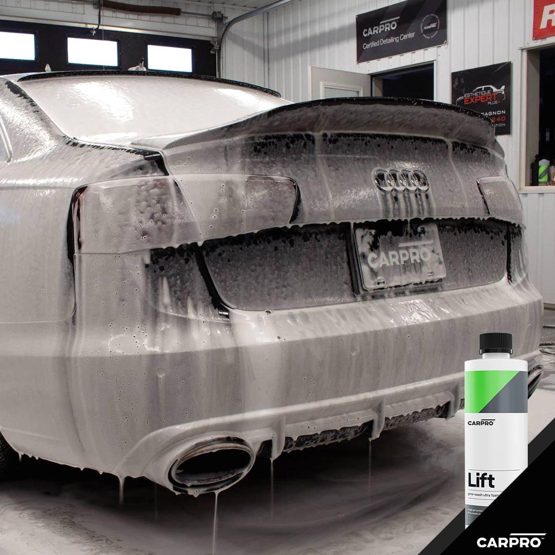 Autoshampoo Lift von CarPro in Anwendung auf einem Auto